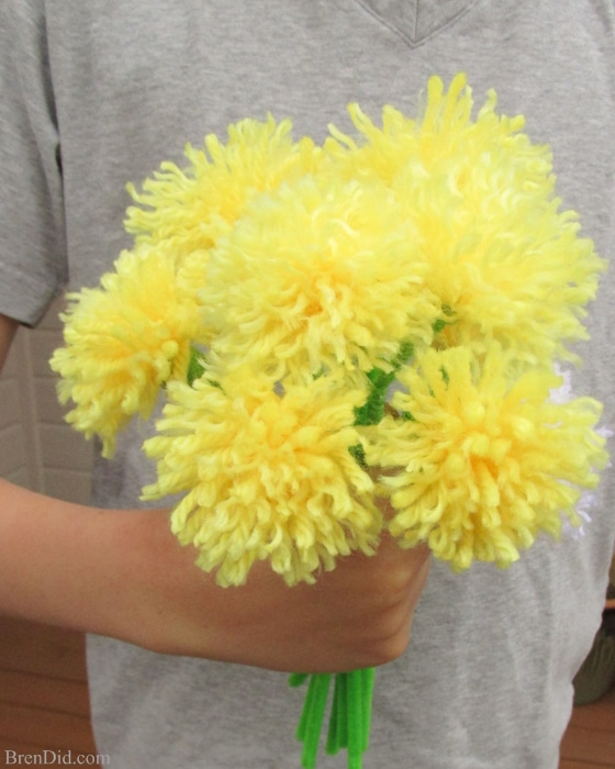 easy tassel flowers DIY dandelion bouquet with yarn and pipe cleaners Perfect for Mother's Day