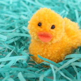 Simple Pom Pom Ducklings – Learn how to make pom pom pets for Easter. Simple craft using yarn and craft felt. This adorable duckling tutorial and easy pom pom template is available at BrenDid.com