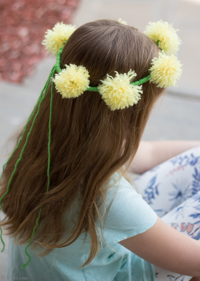 How to make tassel flower crowns - Make an easy DIY tassel flowers crown with yarn and pipe cleaners to delight someone you love. Perfect for weddings, parties, birthdays and more. Flower chain crown. Dandelion crown. Flower headpiece.